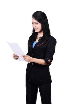 アジアのビジネス女性の手紙を読むの画像