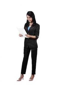 アジアビジネスの女性のイメージはビジネスペーパーを握る