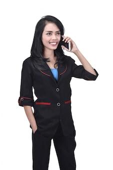 Портрет азиатских бизнес женщина разговаривает по мобильному телефону