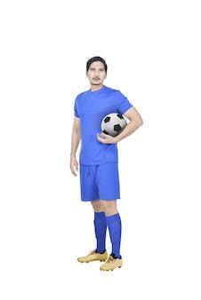 アジアの若いサッカー選手が立っています。