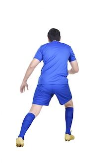 Вид сзади азиатского футболиста в действии