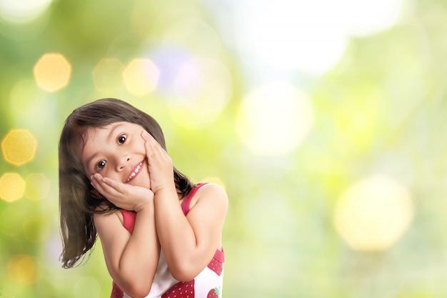 変な顔でかわいいアジアの女の子