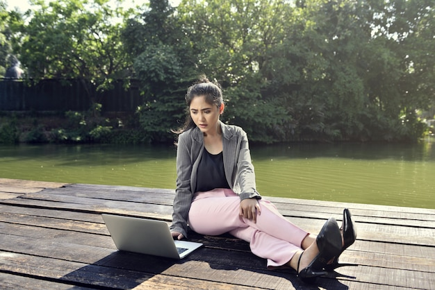 ラップトップで働く若いアジアビジネス女性