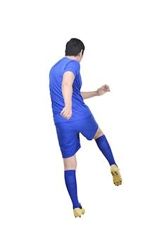 Вид сзади азиатского футболиста стреляет в мяч