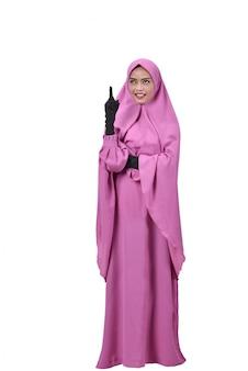 陽気なアジアのイスラム教徒の女性が考えている