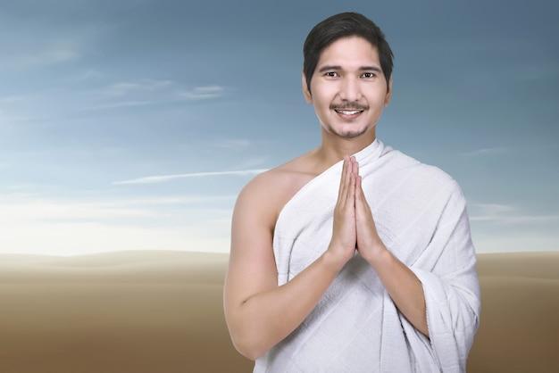 祈っている宗教的なアジアのイスラム教徒の男性