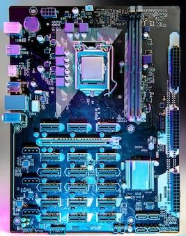 テーブルの上のコンピューターのマザーボード
