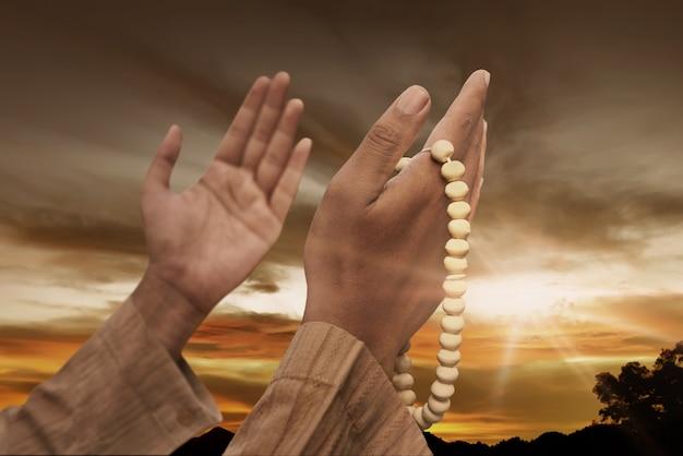 Мусульманин молится с четками