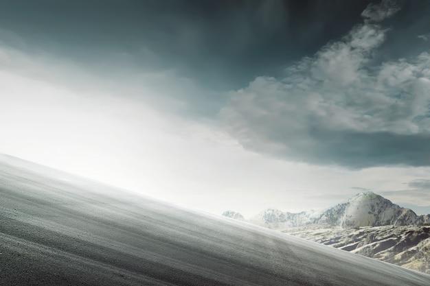 山の頂上に登る未舗装の道路