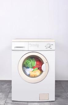 Грязная одежда стирается на стиральной машине