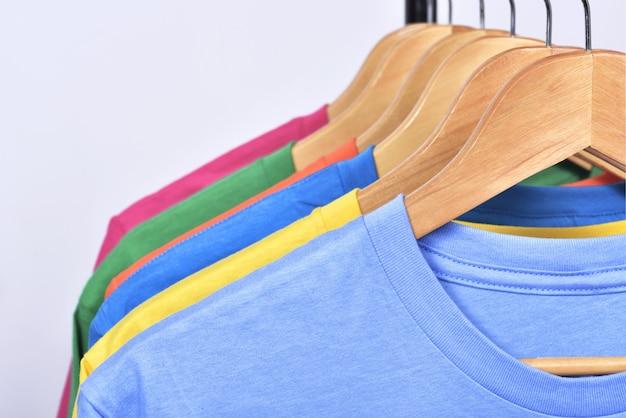 Разноцветная одежда вешается на полке после стирки