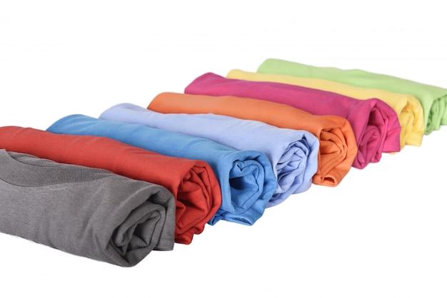 Ряд рулонных футболок с разноцветными