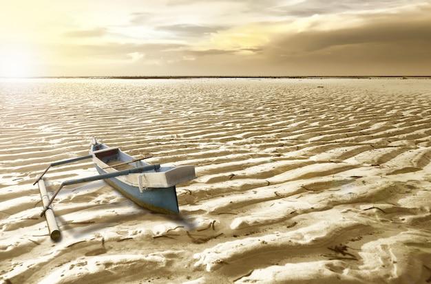 乾いた地面でボート
