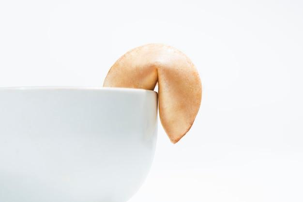 デザート皿のためのボウルの端にフォーチュンクッキー