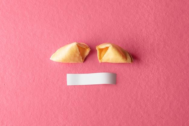 白紙の用紙にひびの入ったフォーチュンクッキー