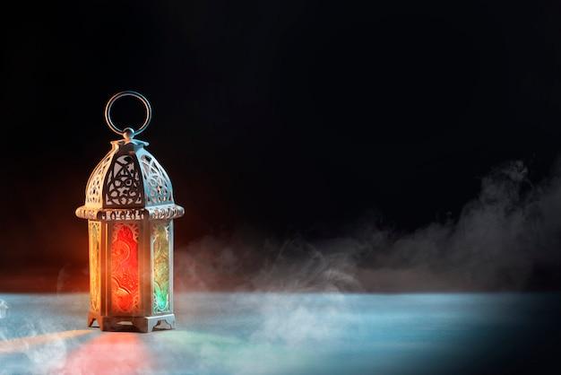 美しい光とアラビア語のランプ