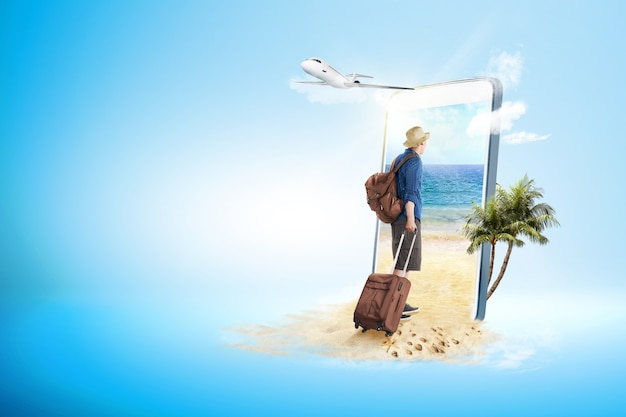 Вид сзади азиатского человека в шляпе с чемоданом и рюкзаком, идущим к пляжу