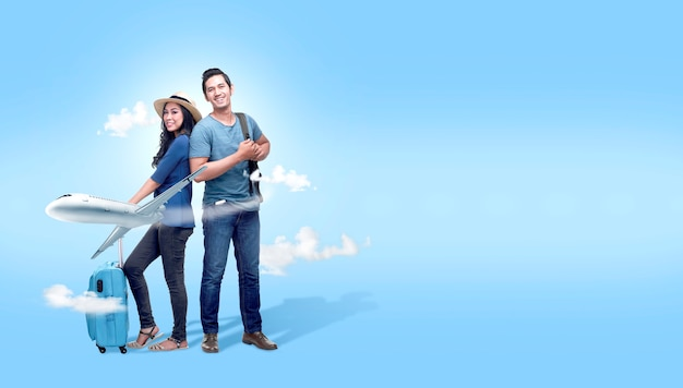 Азиатская пара с чемоданом и рюкзаком собирается путешествовать с фоном самолета