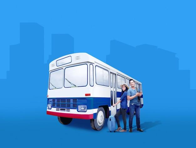 バスの横に立っているスーツケースバッグとバックパックとアジアカップル