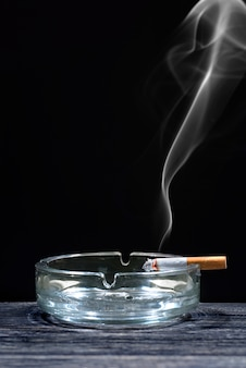 透明な灰皿でたばこ