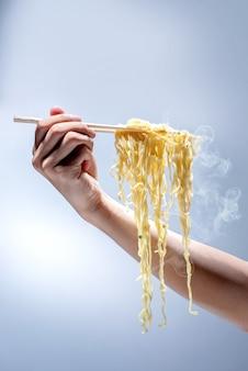 箸で麺を食べる人