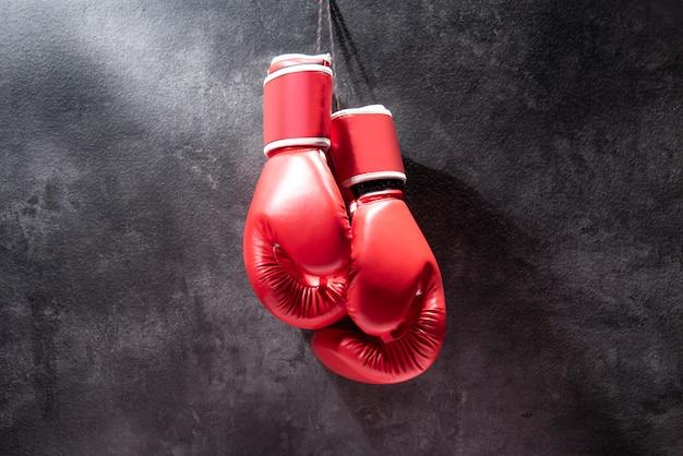 ぶら下がっている赤いボクシンググローブのペア