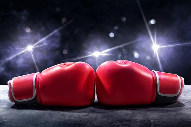 テーブルの上の赤いボクシンググローブのペア