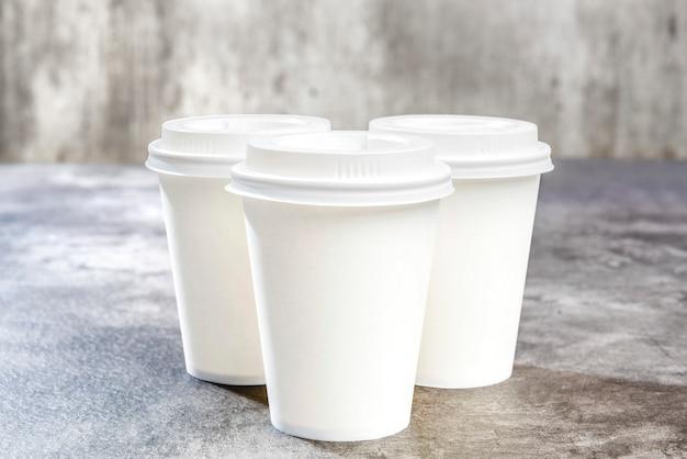Набор чашек из белого пенополистирола на столе