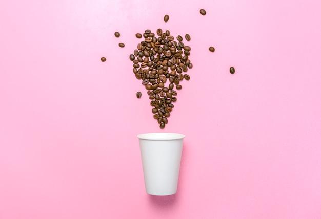 Чашка из пенопласта и кофейные зерна