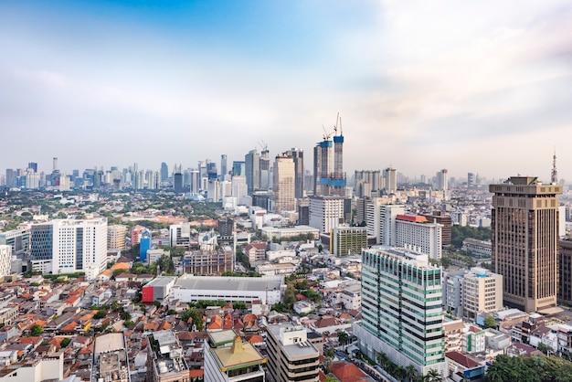 午後の都市高層ビルとジャカルタの街のスカイライン