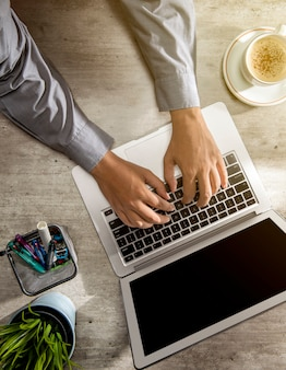 ラップトップを使用して作業している実業家のトップビュー