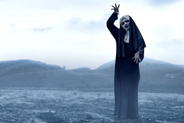 不気味な丘の上の恐ろしい悪魔の修道女