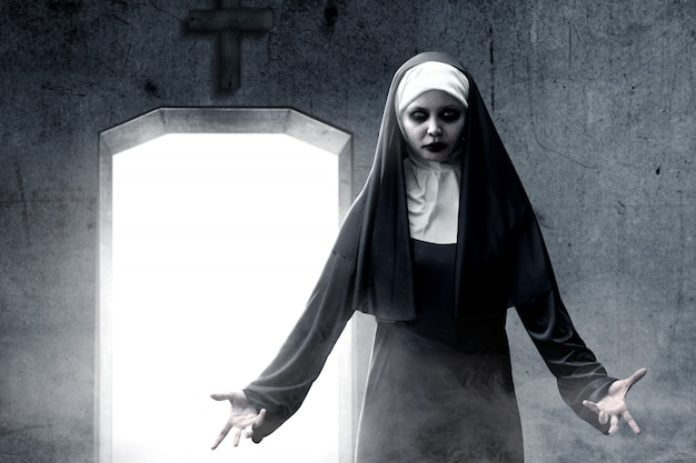恐ろしい悪魔の修道女は暗室に出没
