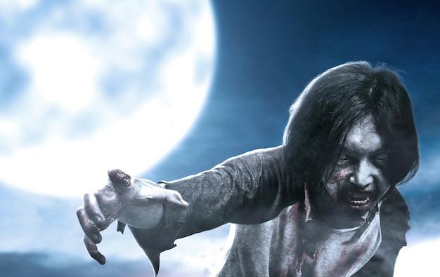 月明かりで歩く彼の体に血と傷で怖いゾンビ