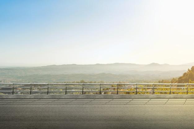 集落と景観のあるアスファルト道路