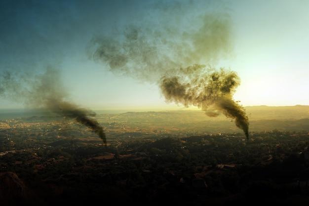 森林火災からの暗い煙が大気汚染を引き起こす