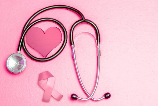 聴診器でピンクのハートと意識リボン