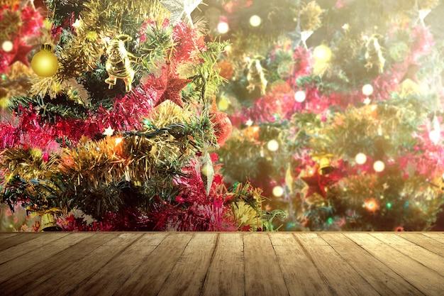 飾られたクリスマスツリーと木製のテーブル