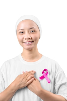 ピンクのリボンと白いシャツのアジアの女性