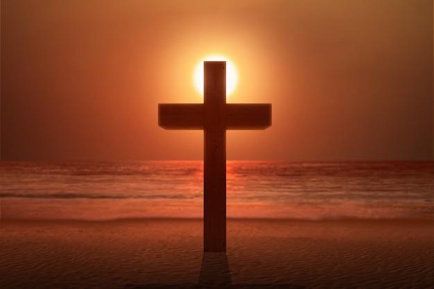 Христианский крест на пляже