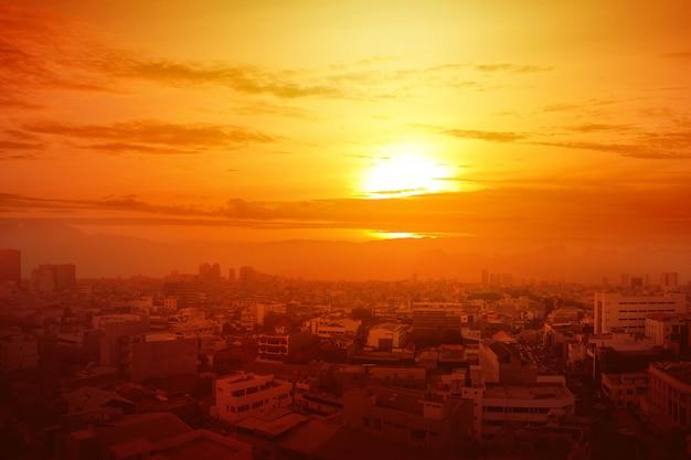 輝く太陽の背景が付いている都市の熱波