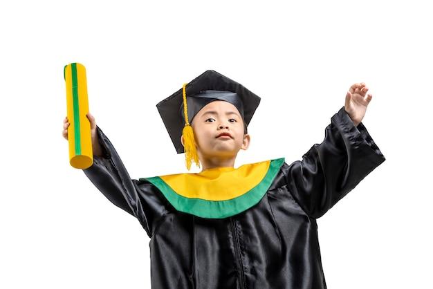 証明書を保持している帽子と卒業ガウンのアジアの少女