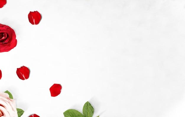 赤とピンクのバラと床にバラの花びら