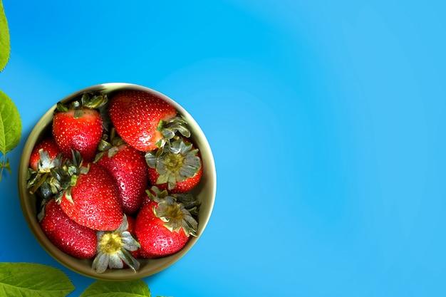 鮮やかな色のボウルにイチゴ