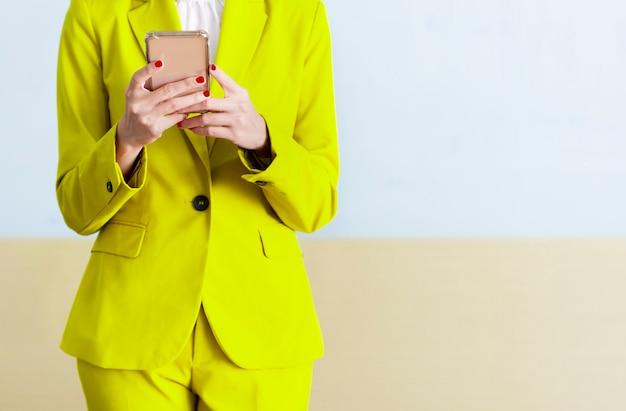 携帯電話を使用しながら立っている実業家