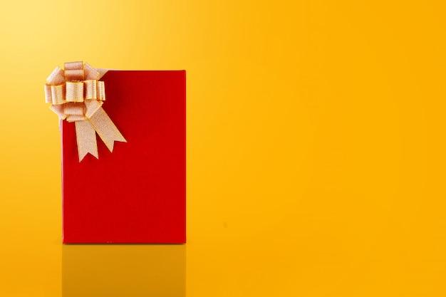 Подарочная коробка с лентой в ярком цвете