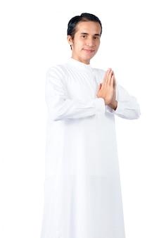 アジアのイスラム教徒の男性に立っていると祈り