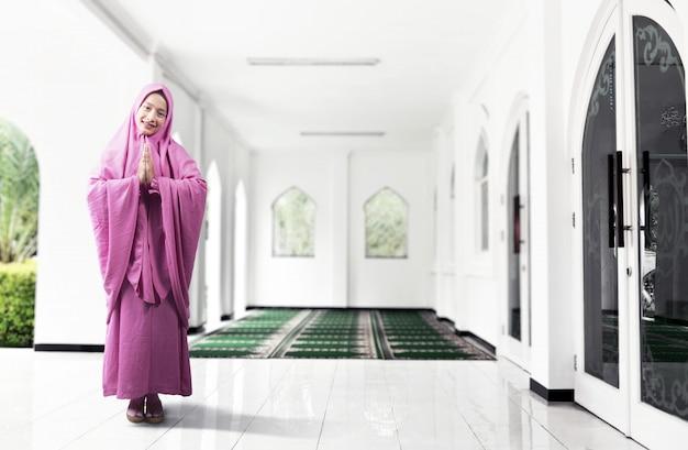 祈るベールのアジアのイスラム教徒の女性