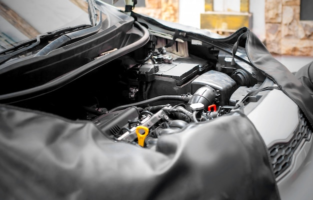 Автомобиль с открытым капотом и внешним видом двигателя