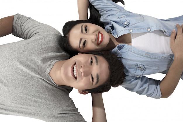 白い背景で隔離された幸せなアジアカップル